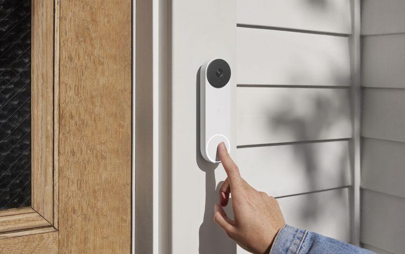 Nest Doorbell -ovikello. LED-valo painikkeen ympärillä syttyy, kun ovikelloa lähestytään.