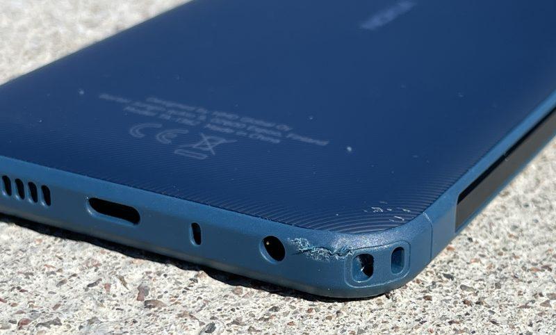 """Nokia XR20:n reunoja pehmustava muovi """"kuoriutuu"""" kovemmista iskuista."""