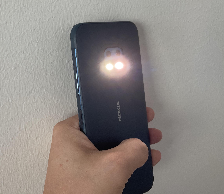Nokia XR20:ssä on takana kameroiden alapuolella kaksi erillistä LED-valoa, jotka tarjoavat käyttöön kirkkaan taskulampun.