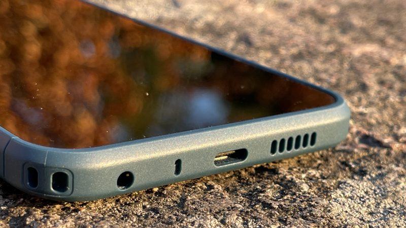 Nokia XR20:n pohjassa on USB-C-portin ja 3,5 millimetrin kuulokeliitännän lisäksi aukot mikrofonille ja kaiuttimelle. Alakulmassa on myös paikka kantohihnan kiinnittämiseksi.