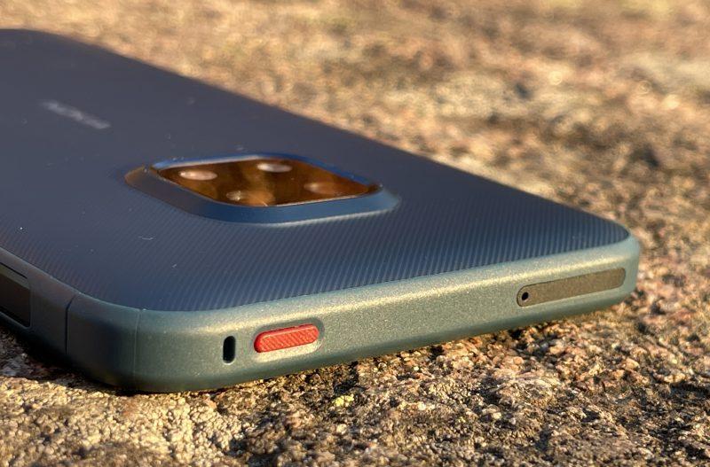 Yläpäässä Nokia XR20 sisältää korttikelkan lisäksi punaisen painikkeen, jonka toiminnot ovat käyttäjän valittavissa.