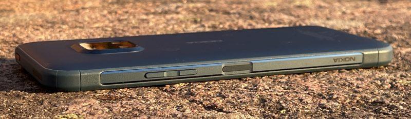 Nokia XR20:n oikealla kyljellä sijaitsevat sormenjälkilukijan sisältävä virtapainike sekä äänenvoimakkuuden säätöpainikkeet.