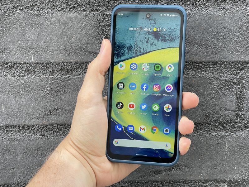 Nokia XR20 on kookas puhelin, kun 6,67 tuuman näytöllinen puhelin on varustettu jykevillä reunuksilla. Etupuolelta katsoen puhelin näyttää jopa hieman siltä, kuin se olisi jonkin erillisen suojakuoren sisällä.