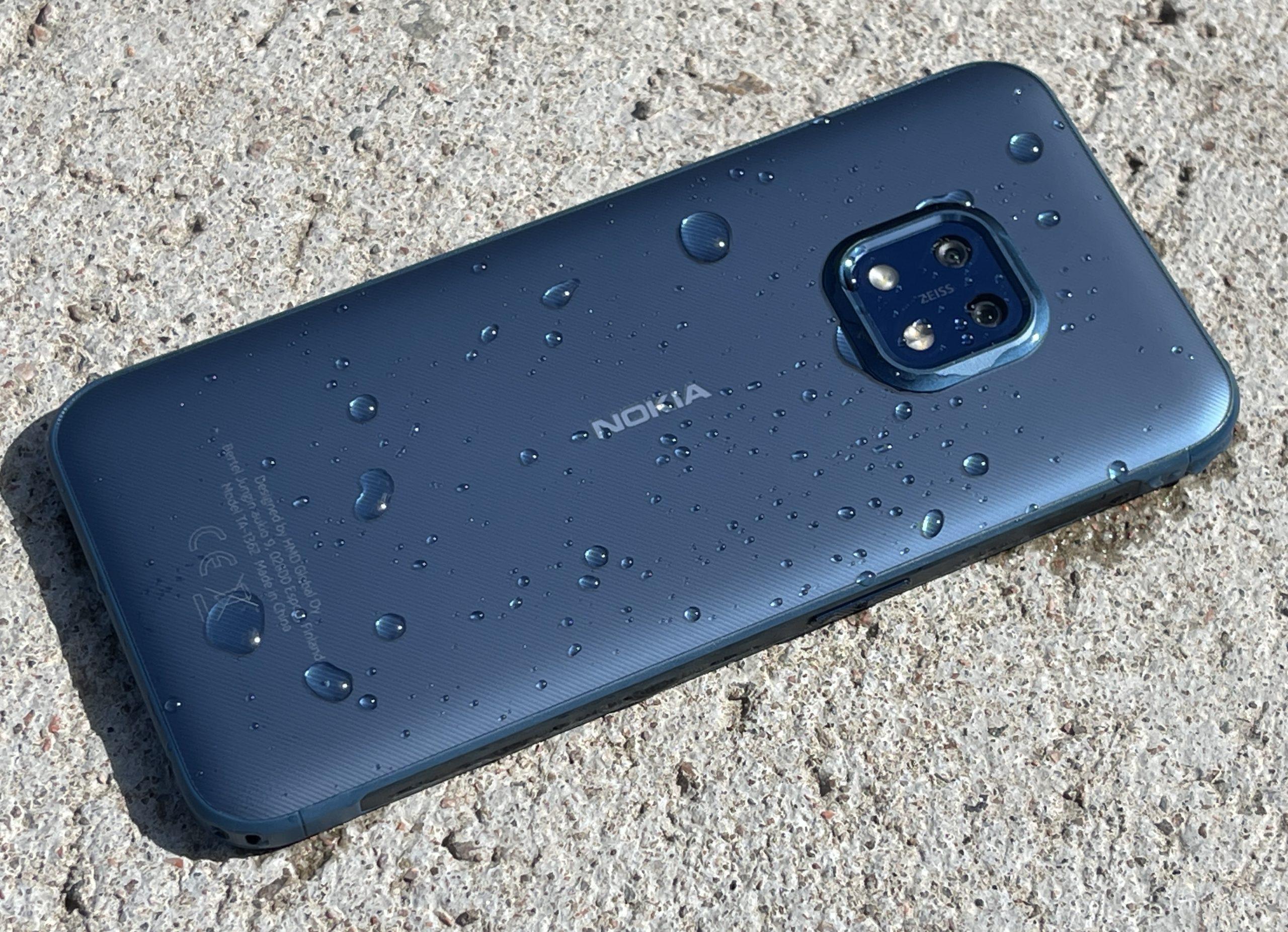 Nokia XR20 kestää muun muassa vettä.