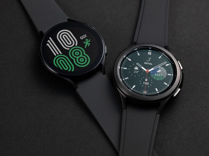 Vasemmalla Galaxy Watch4, oikealla Galaxy Watch 4 Classic.