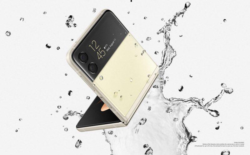 Galaxy Z Flip3 5G on IPX8-luokitellusti vedenkestävä.