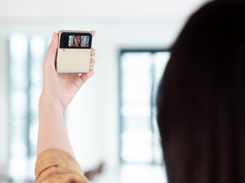 Selfie-kuvaaminen Galaxy Z Flip 3 5G:llä onnistuu myös kannen kameroilla.
