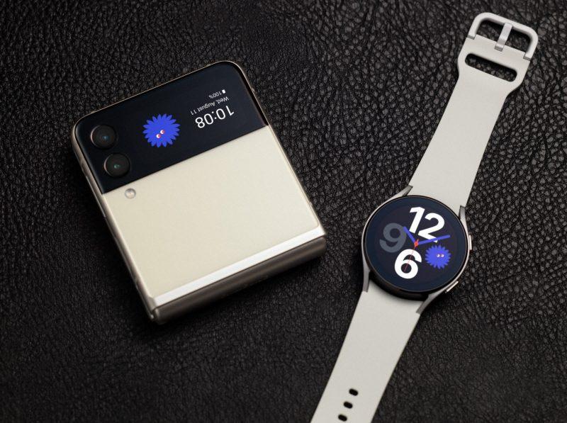 Galaxy Z Flip3 5G:n kansinäytön voi kustomoida yhdistetyllä kellotaululla Samsungin Galaxy Watch4 -älykellojen kanssa.