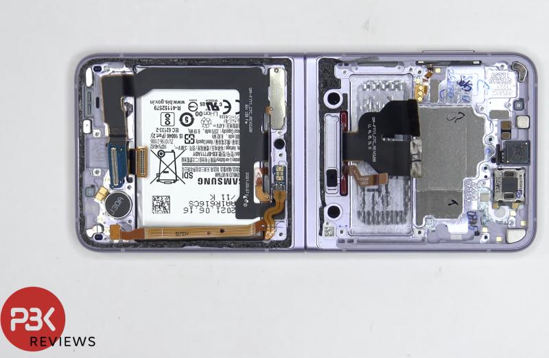 Kurkistus Galaxy Z Flip3 5G:n sisälle. Kuvankaappaus PBKreviewsin videolta.