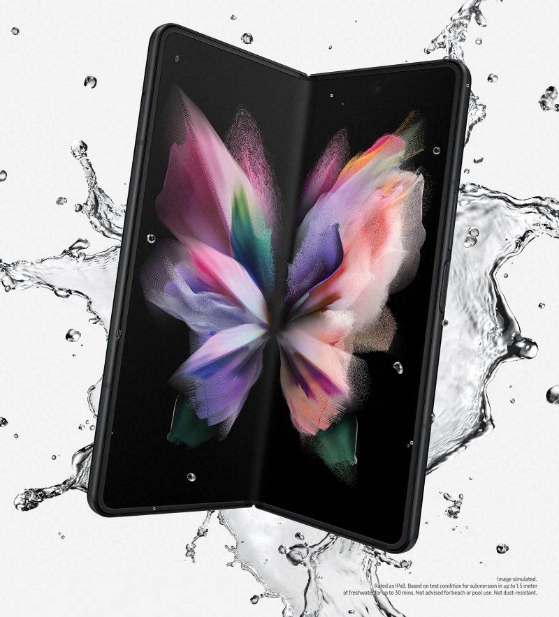 Galaxy Z Fold3 5G on IPX8-luokitellusti vedenkestävä.