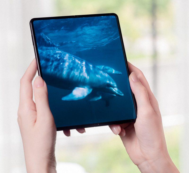 Esimerkiksi videoita katseltaessa Galaxy Z Fold3 5G tarjoaa saumattoman katselukokemuksen suurella ruudullaan. Toki useat videot ovat laajakuvamuotoisia, jolloin näytölle jää näkyviin mustat reunat.