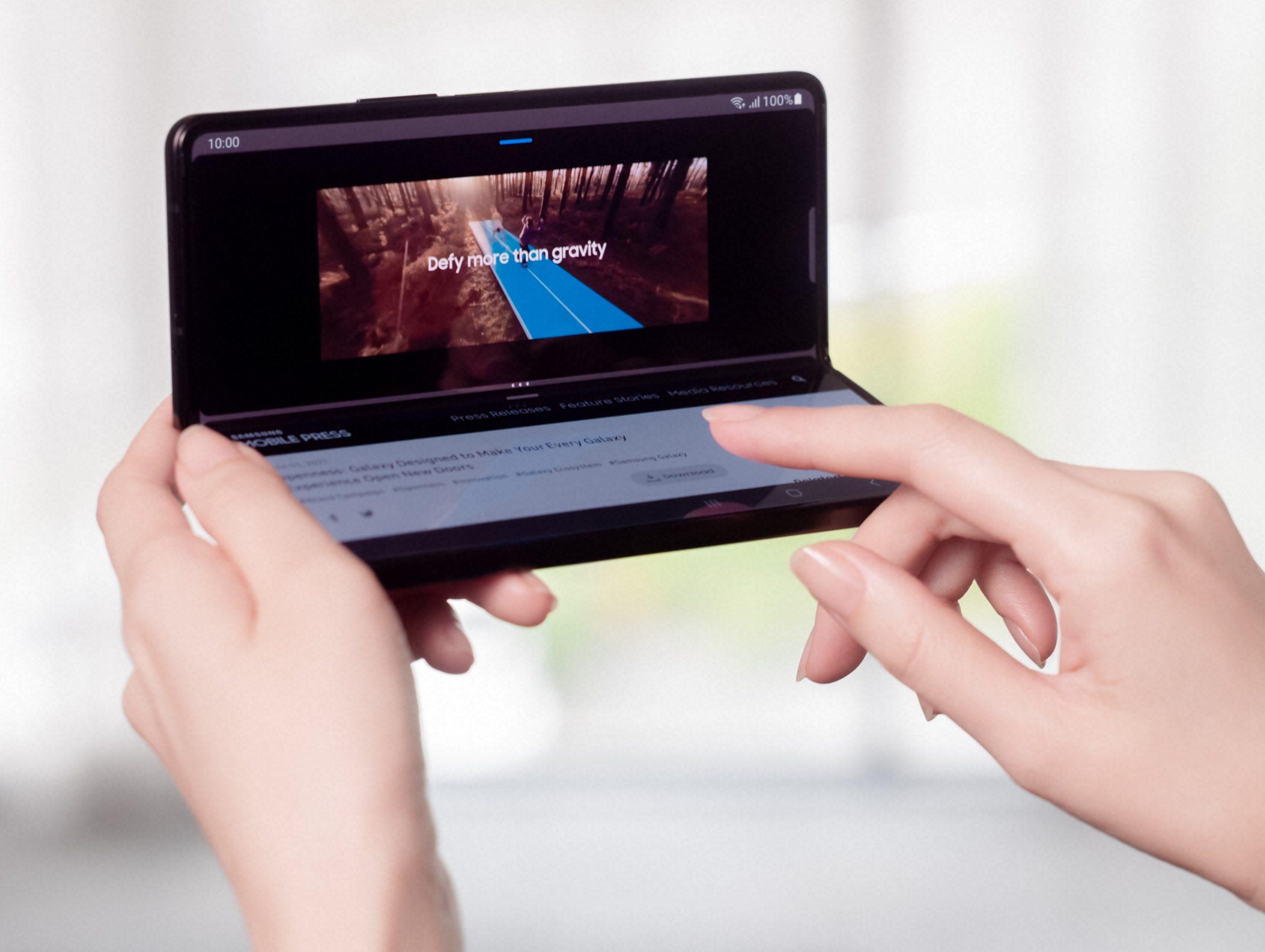 Galaxy Z Fold3 5G osaa pystyasentoon avattuna jakaa käyttöliittymän ylä- ja alapuoliskoon.