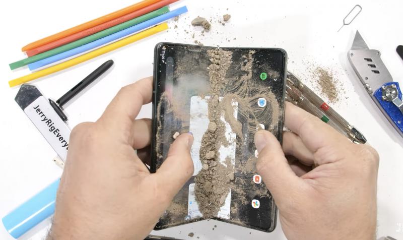 Galaxy Z Fold3:a koeteltiin myös hiekalla.