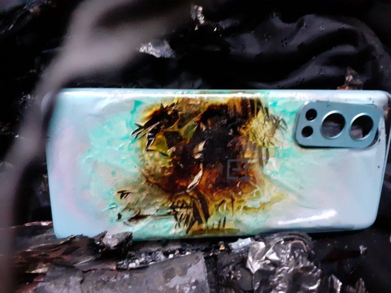 Räjähtäneen OnePlus Nord 2 5G:n lasinen takapinta. Kuva: Gaurav Gulati / Twitter.