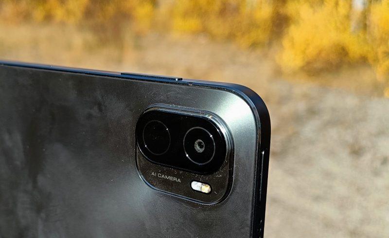 Virta- ja äänenvoimakkuusnäppäimet ovat eri kyljillä samassa kulmassa kameran kanssa.