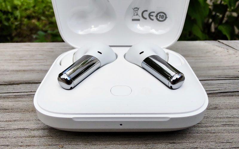 Kuulokkeet paritetaan puhelimeen latauskotelon painikkeella.