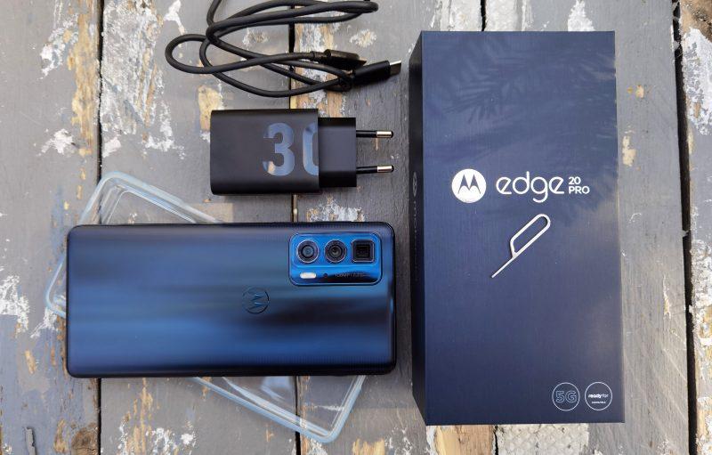 Myyntipakkaukseen sisältyy puhelimen lisäksi 30 watin laturi sekä läpinäkyvä silikonisuoja.