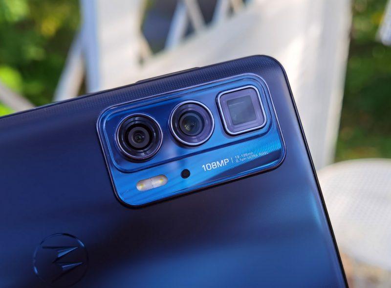 Kameroita on takana kolmin kappalein. Äärioikealla neliskanttinen telekamera periskooppirakenteella.