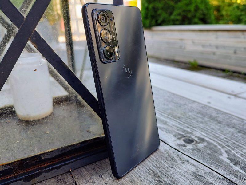 Motorola Edge 20 on mallistonsa kulmikkain ja tyylikkäin.