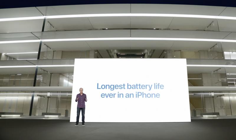 Applen markkinointijohtaja Greg Joswiak pääsi hehkuttamaan iPhone 13 Pro Maxin tarjoavan parhaan akunkeston ikinä iPhonessa.