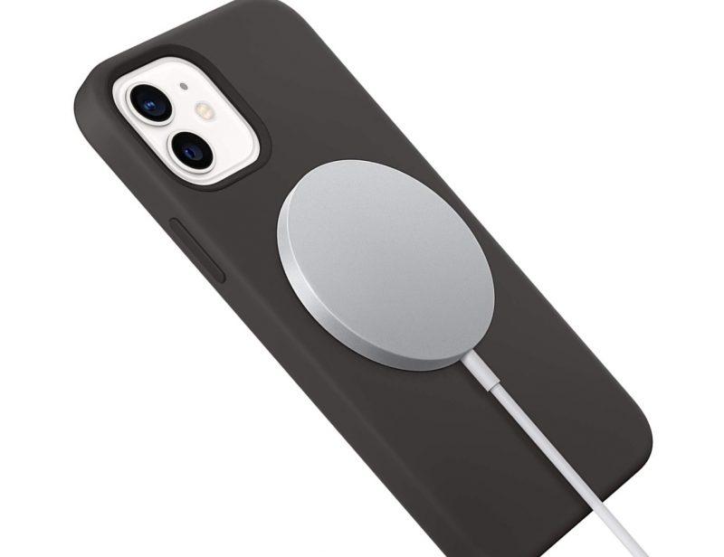 Applen alkuperäinen MagSafe-laturi iPhone 12:n ja suojakuoren kanssa.