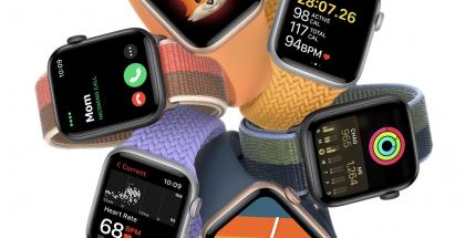 Apple Watch SE osan uusista rannekeväreistä kanssa.