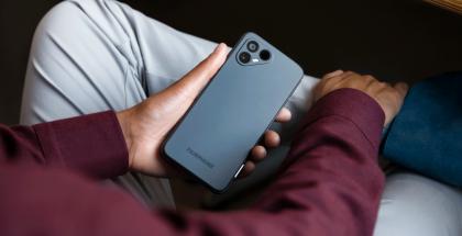 Fairphone 4:n takakuoret ovat valmistettu 100-prosenttisesti kierrätetystä muovista.