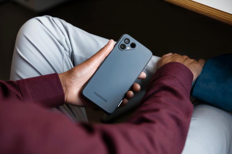 Fairphone 4:ssä on panostettu kameroihin - takana on kaksi 48 megapikselin kameraa.