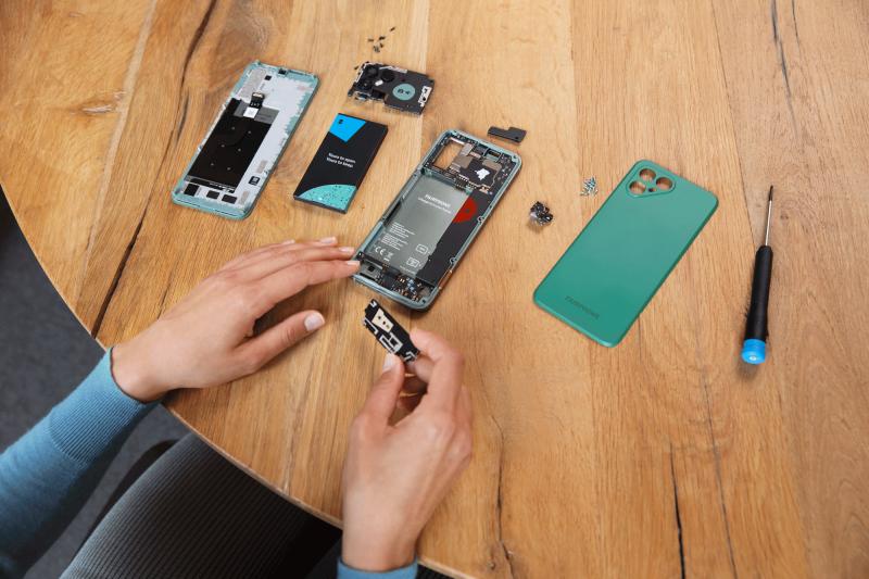 Fairphone 4:n varaosat ovat helposti itse vaihdettavissa.