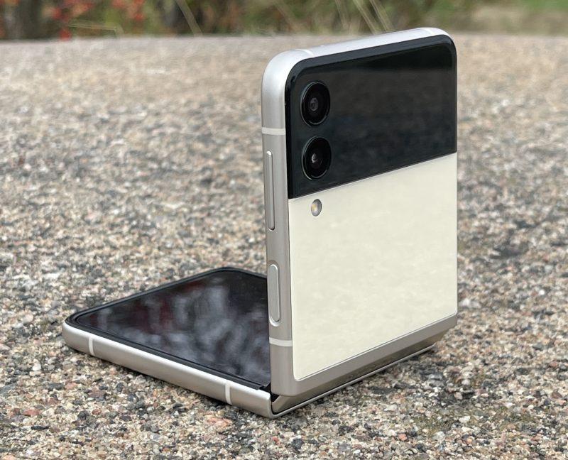 Galaxy Z Flip3:n kannessa on 12 megapikselin pää- ja ultralaajakulmakamera.