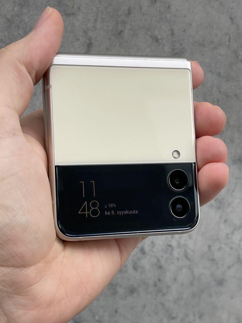 Kansinäytön perusnäkymä Galaxy Z Flip3:ssa.