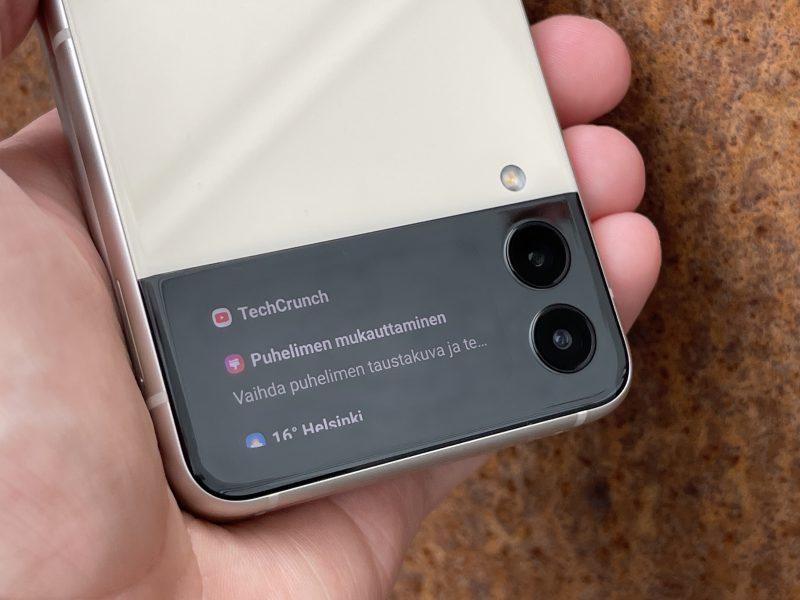 Ilmoituksia Galaxy Z Flip3:n kansinäytöllä.