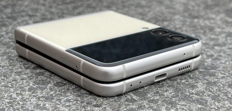 Galaxy Z Flip3:ssa on pohjassa USB-C-liitäntä. 3,5 millimetrin kuulokeliitäntää ei ole.