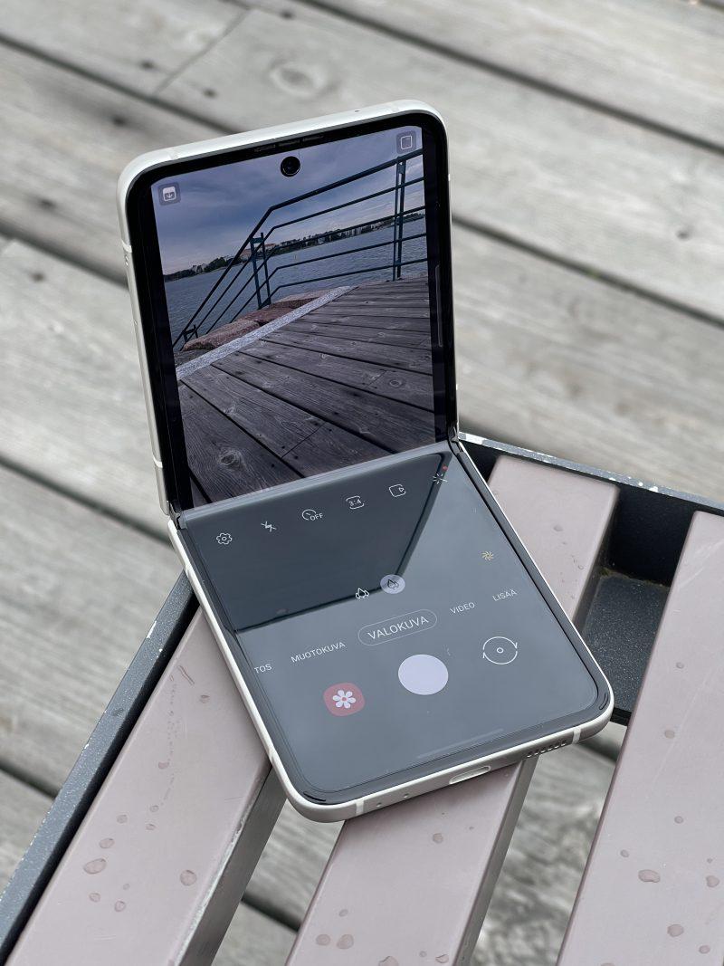 Galaxy Z Flip3:n voi asettaa tasaiselle pinnalle kuvaamaan - kumpaan tahansa suuntaan.