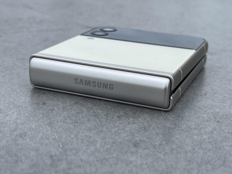 Galaxy Z Flip3:n sanaraosaa koristaa Samsung-logo.