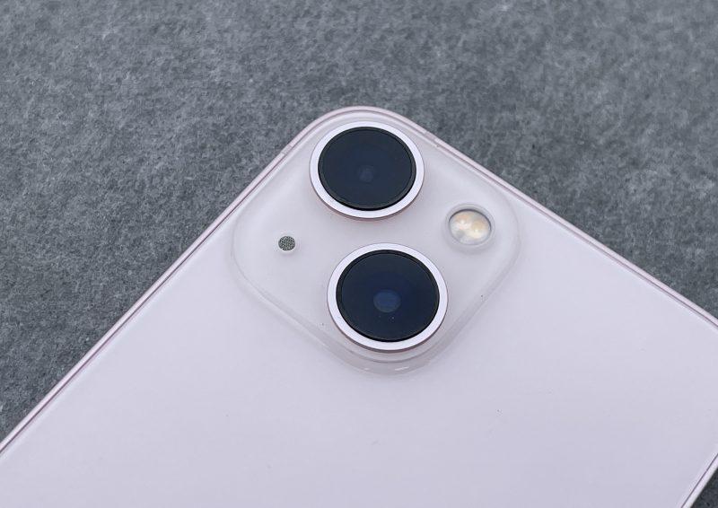 iPhone 13 minissä ja iPhone 12:ssa on 12 megapikselin pää- ja ultralaajakulmakamera.