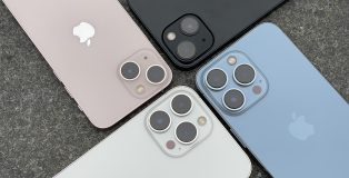 Pinkki iPhone 13 mini, keskiyö iPhone 13, poutapäivänsininen iPhone 13 Pro ja hopea iPhone 13 Pro Max. Perusmalleissa on pää- sekä ultralaajakulmakamera ja Pro-malleissa lisäksi vielä telekamera ja LiDAR-skanneri.
