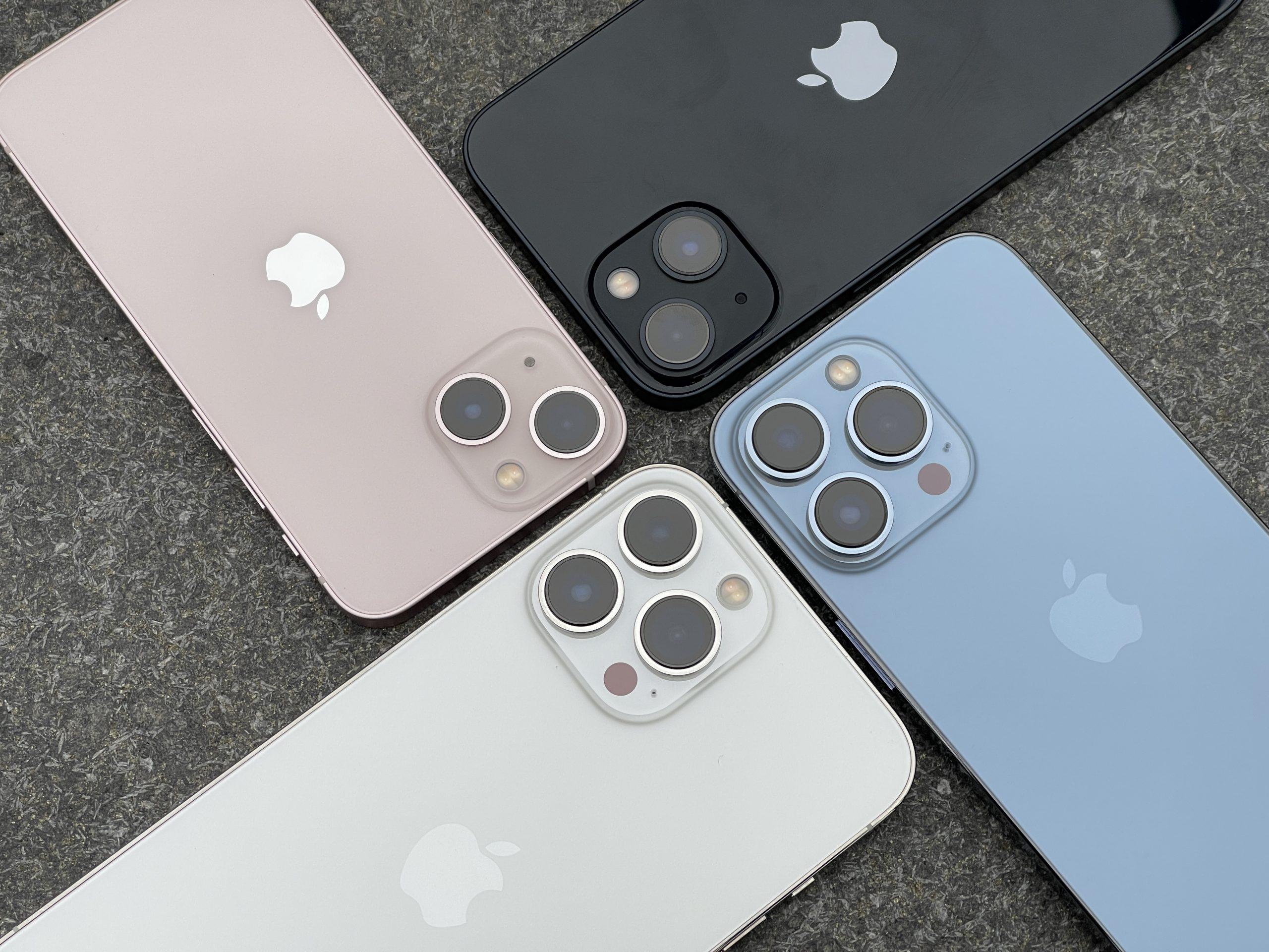 Pinkki iPhone 13 mini, keskiyö iPhone 13, poutapäivänsininen iPhone 13 Pro ja hopea iPhone 13 Pro Max.