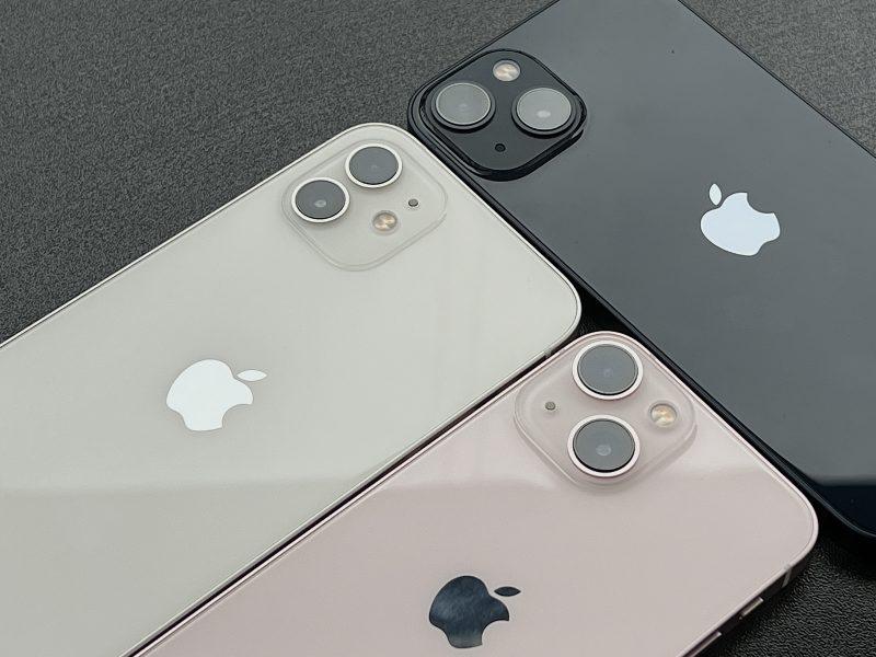 Valkoinen iPhone 12, keskiyö iPhone 13 ja pinkki iPhone 13 mini. Perusmalleissa takakamerat on nyt sijoitettu kohouman vastakkaisiin kulmiin, ei enää allekkain.