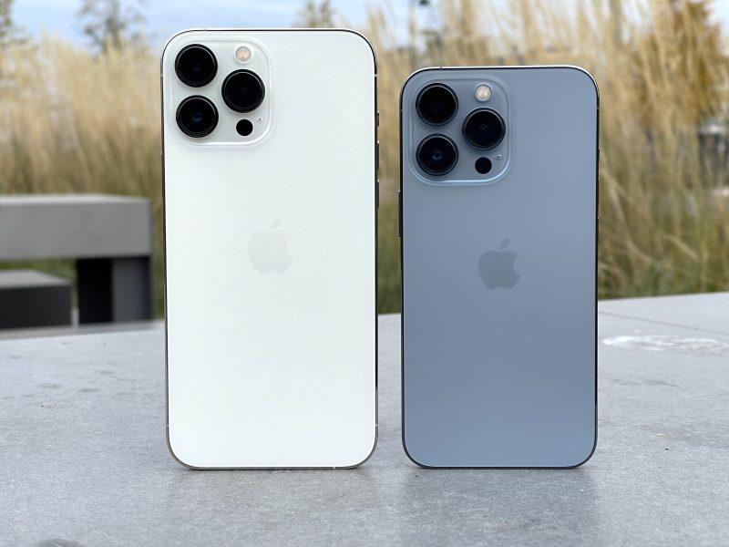 iPhone 13 Pro Max ja iPhone 13 Pro. Pienemmässä mallissa kamerakohouma näyttää suhteettoman suurikokoiselta.