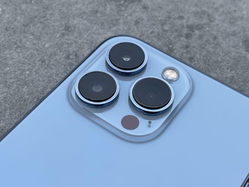 iPhone 13 Pro ja iPhone 13 Pro Max sisältävät kolme takakameraa - 12 megapikselin pää-, ultralaajakulma- ja telekamerat. Lisäksi kamerakohoumassa on myös LED-kuvausvalo, LiDAR-skanneri sekä mikrofoniaukko.