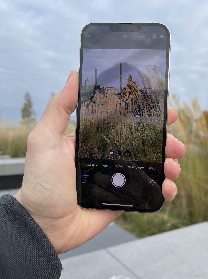 iPhone 13 Pro Max on erittäin kookas ja painava.