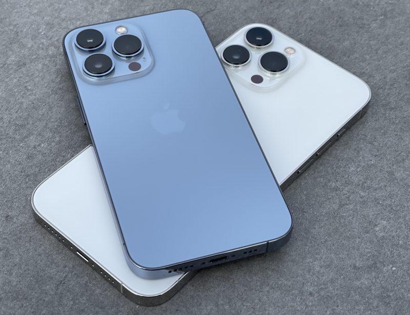 Poutapäivänsininen iPhone 13 Pro ja hopea iPhone 13 Pro Max.