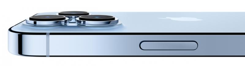 iPhone 13 Pro sivulta. Kamerat kohoavat edelleen selvästi muusta takapinnasta.