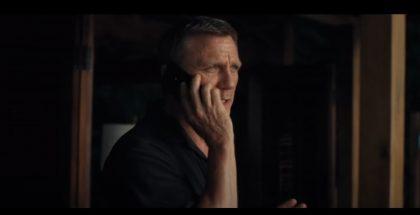 James Bondin kädessä nähdään trailerilla puhelin.