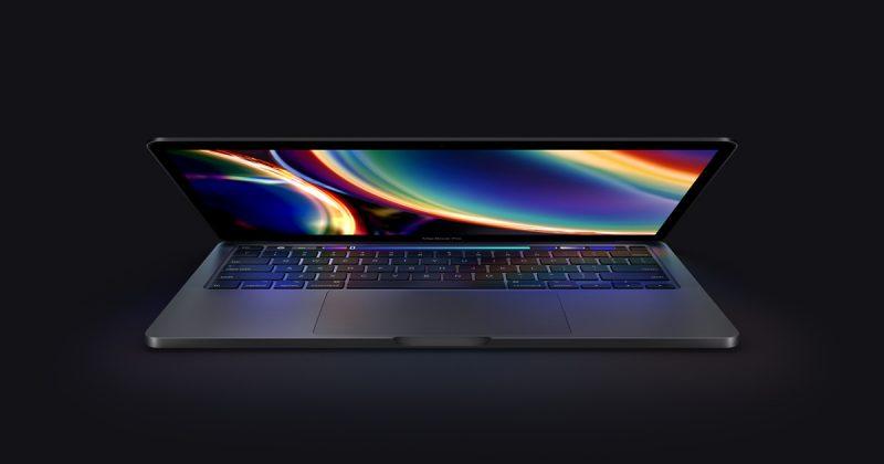 MacBook Pro pimeässä.