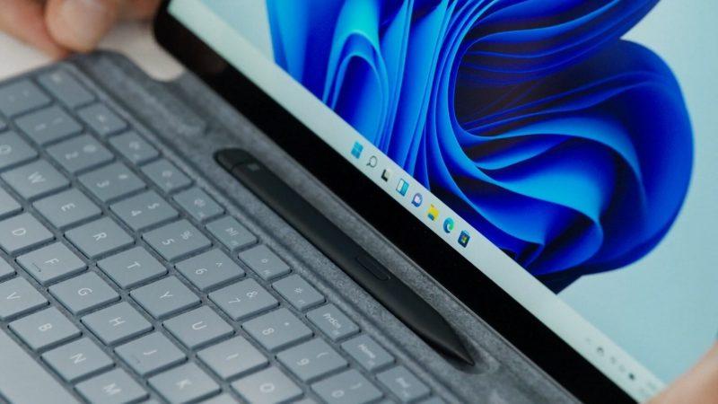 Surface Slim Pen 2 -kynä säilytyspaikassaan Surface Pro 8:n näppäimistökuoressa.