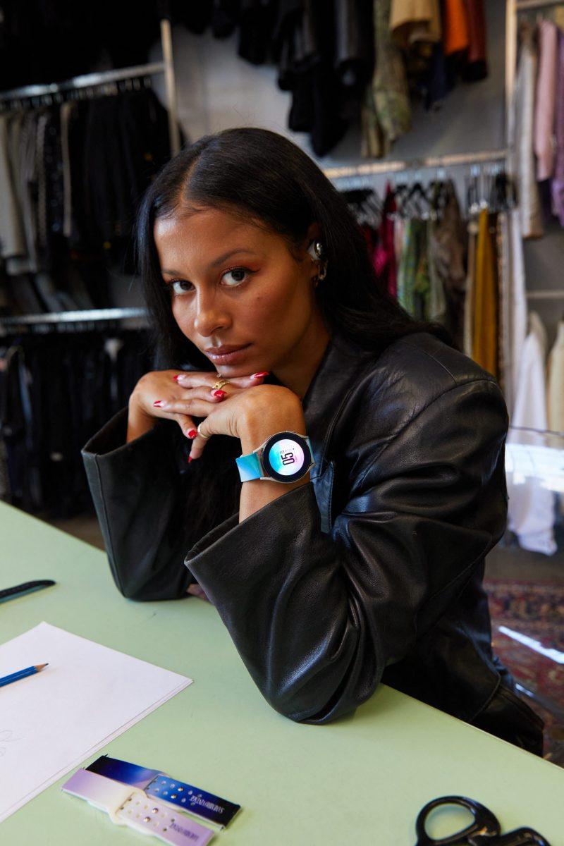 Sami Miró Samsung-kellon kanssa.