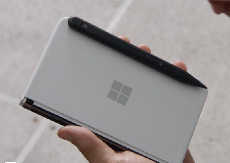 Kynä kiinnittyy magneettisesti Surface Duo 2:een ja latautuu myös samalla.