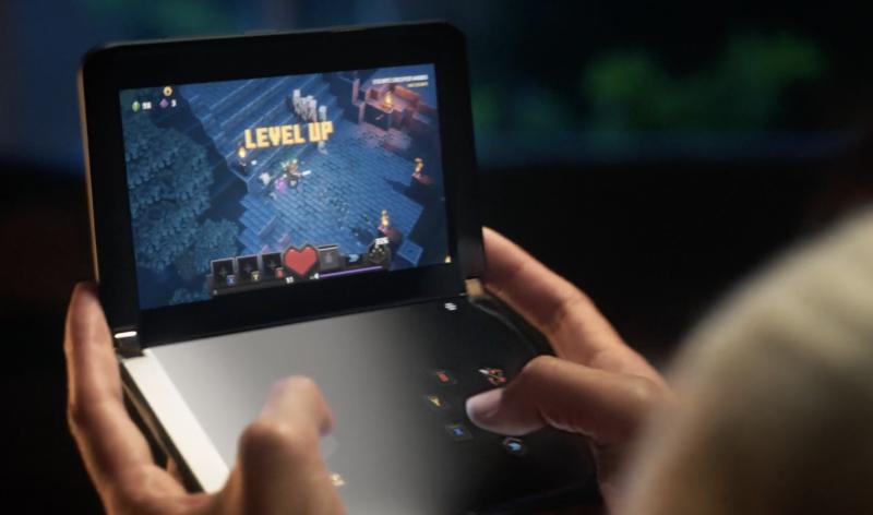 Surface Duo 2 voi toimia kätevänä pelilaitteena, kun kosketuskontrollit on sijoitettu alemmalle näytölle ja itse peli toiselle.